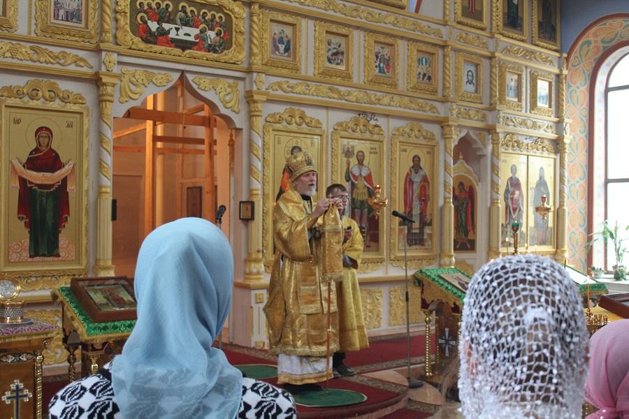 Архиерейское рождественское богослужение в екатерининском кафедральном соборе города слободского