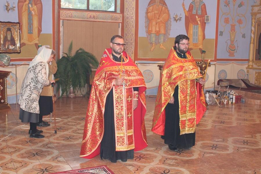 За литургией священник и прихожане храма молились о мире на украине - после